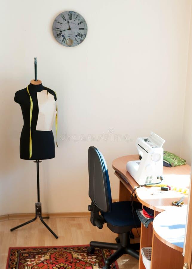Mannequin i drewniany stół z szwalną maszyną zdjęcia stock