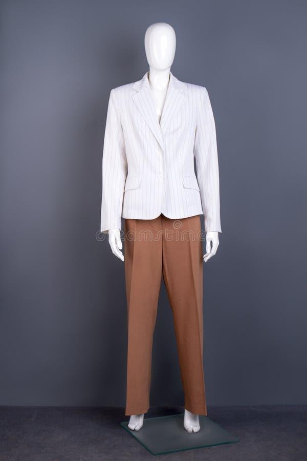 Mannequin im weißen Blazer und in der braunen Hose stockbilder