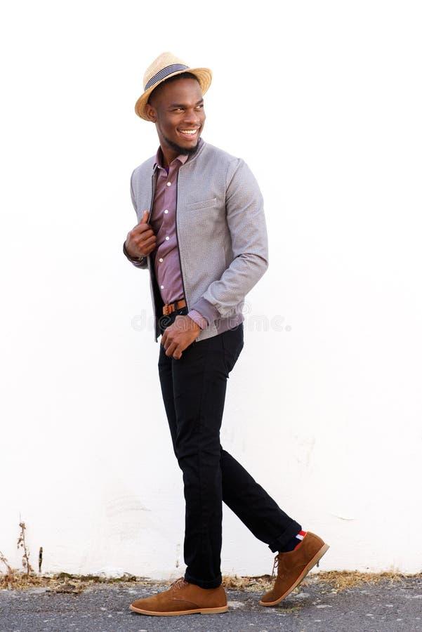 Mannequin masculin de sourire marchant et jetant un coup d'oeil de retour photo stock