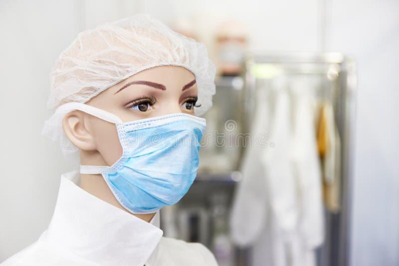 Mannequin in medizinischem schützen Maske stockfoto