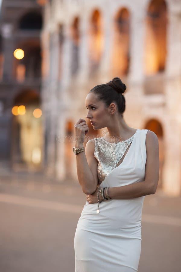 Mannequin met coloseum op achtergrond Mooie oude vensters in Rome (Italië) royalty-vrije stock foto's