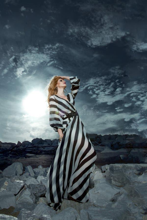 Mannequin met het lange haar openlucht stellen. stock afbeeldingen