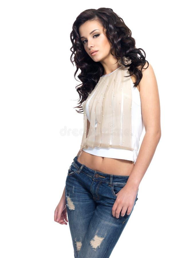 Mannequin met lang haar gekleed in jeans