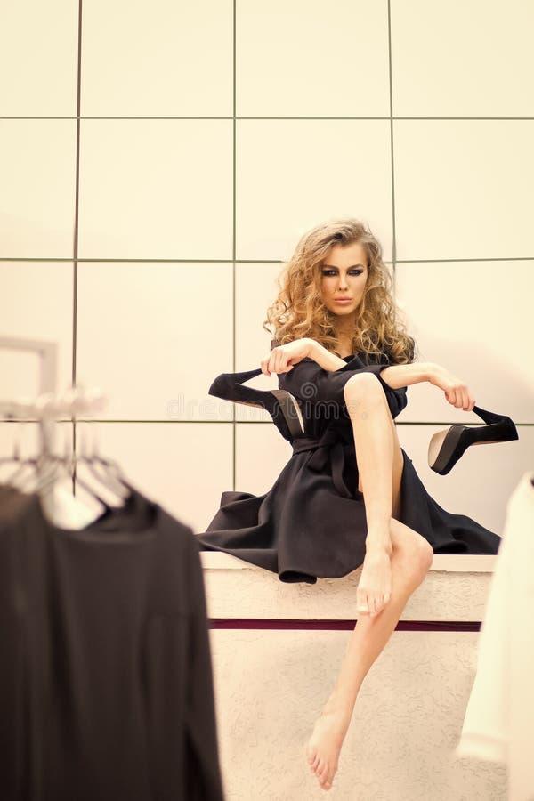 Mannequin met zwarte hoge hielschoenen in kleedkamer stock foto
