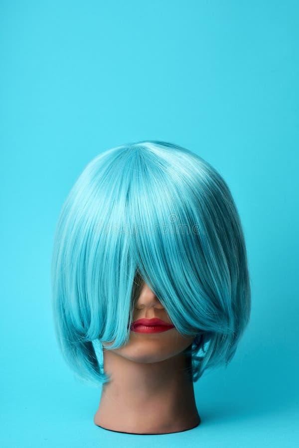 Mannequin mit einer blauen Perücke lizenzfreies stockbild
