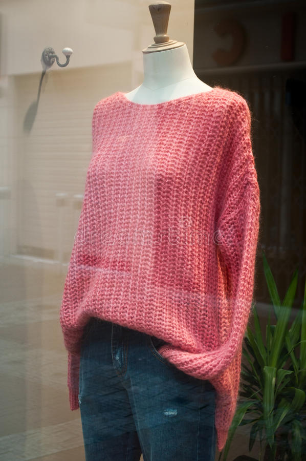 Mannequin mit rosa Pullover stockfotos