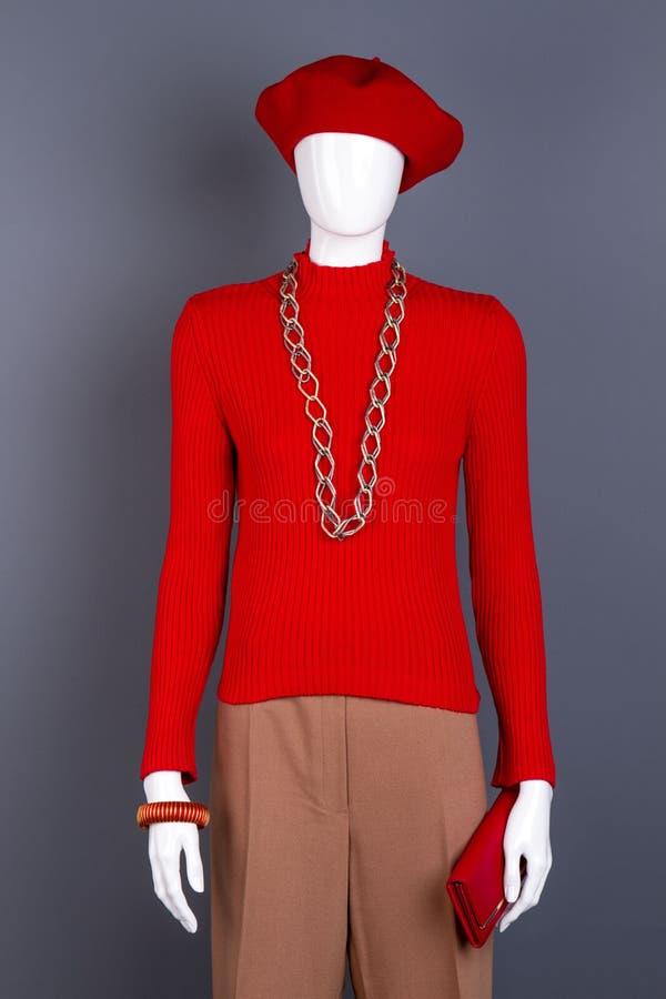 Mannequin mit rotem Pullover und Zubehör lizenzfreies stockbild