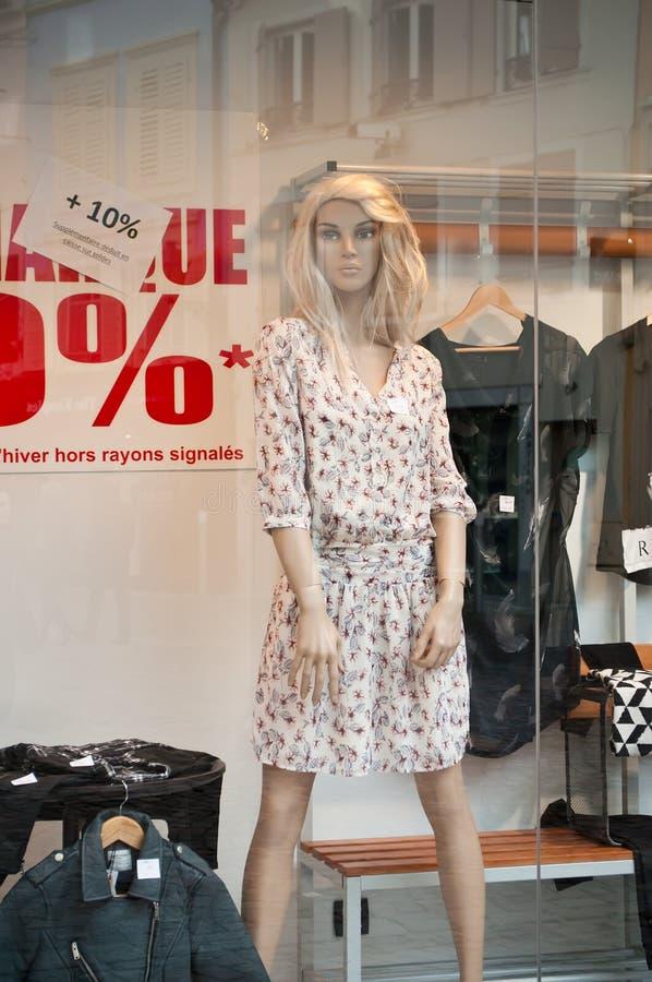 Mannequin mit Sommerkleidermode im Ausstellungsraum stockfoto