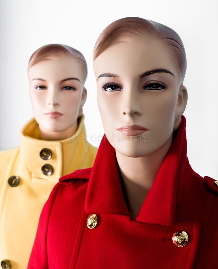 Mannequin mit zwei Frauen stockfoto
