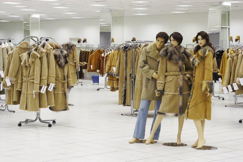 Mannequin no compartimento na venda da roupa do inverno foto de stock
