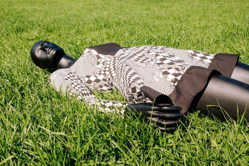 Mannequin noir habillé dans une robe images stock