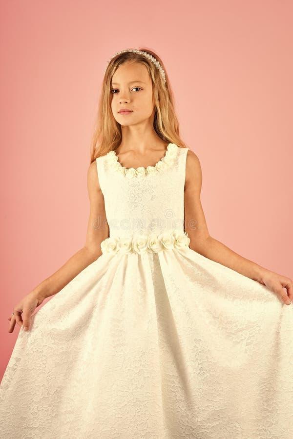 Mannequin op roze achtergrond, schoonheid Kindmeisje in modieuze glamourkleding, elegantie Kijk, kapper, make-up royalty-vrije stock fotografie