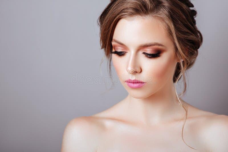 Mannequin posant au studio avec le maquillage image stock
