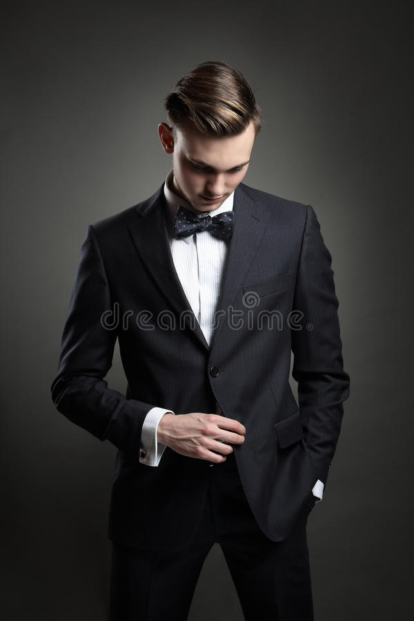 Mannequin posant avec le costume photo stock