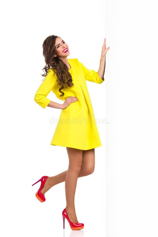 Mannequin Posing met Groot Wit Aanplakbiljet royalty-vrije stock foto