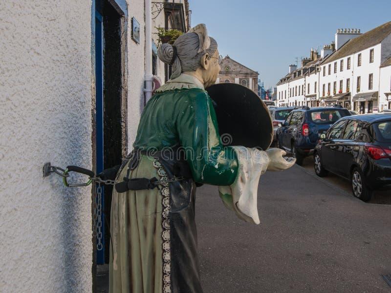 Mannequin powitalna kelnerka w kawiarni grodzki Inverary, Scotla zdjęcia royalty free