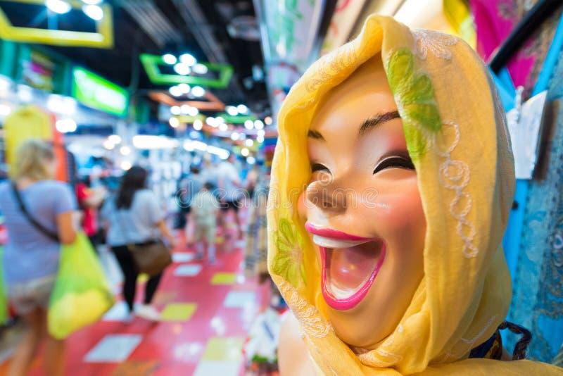 Mannequin riant dans l'écharpe principale images stock