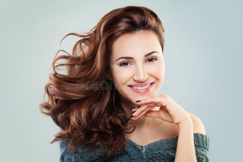 Mannequin roux heureux de femme photo libre de droits