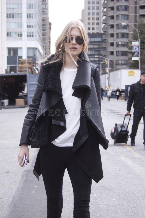 Mannequin Street Style die vliegenierszonnebril dragen tijdens Manierweek stock foto's