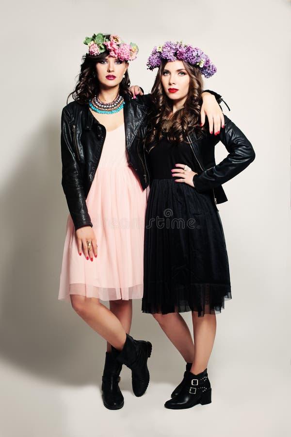 Mannequin van twee de Jonge Meisjesvrienden stock afbeelding