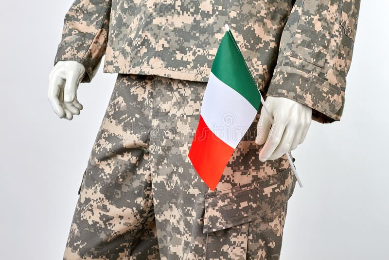 Mannequin w wojskowym uniformu z włoch flaga zdjęcia stock
