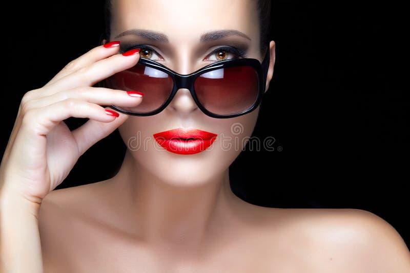 Mannequin Woman dans des lunettes de soleil surdimensionnées noires renivellement lumineux photo stock