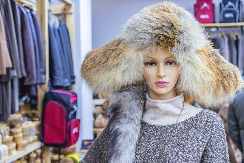 Mannequin z kobieta futerkowym kapeluszem w sklepie odzieżowym zdjęcie royalty free