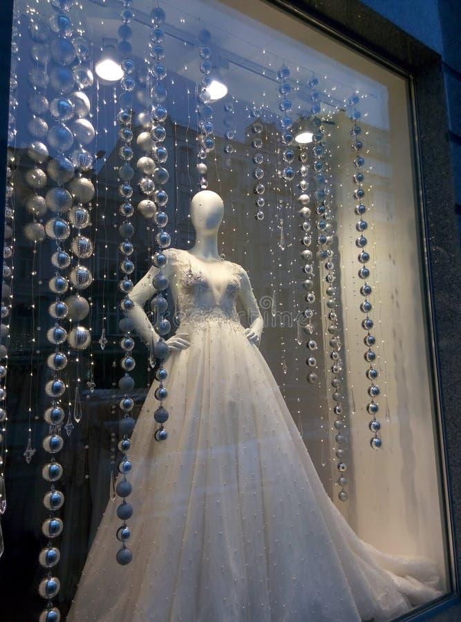 Mannequin za szklaną gablotą wystawową w ślubnej sukni obraz stock