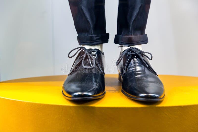 Mannequinbeine in den Schuhen und in der Hose lizenzfreies stockfoto