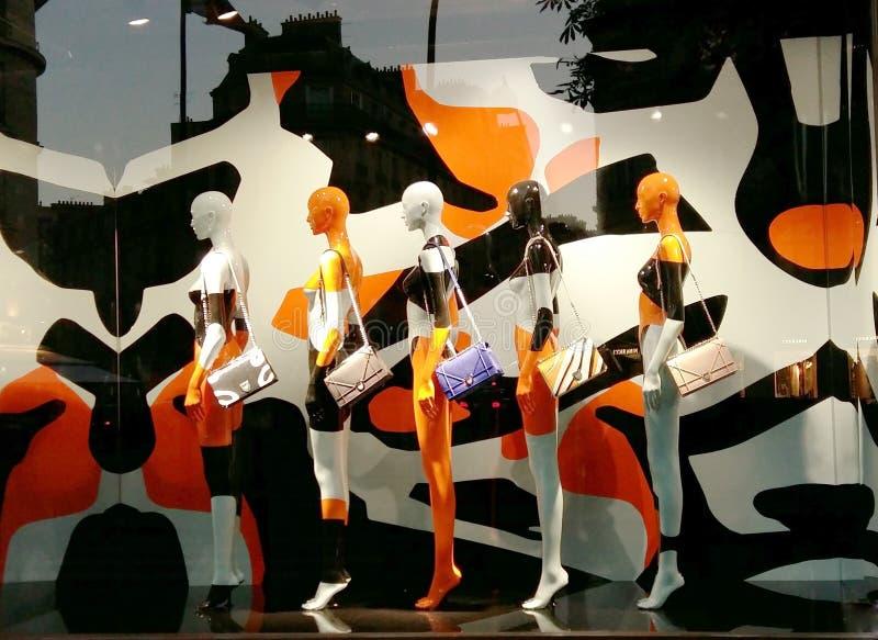Mannequins à la fenêtre d'une boutique de mode photographie stock libre de droits