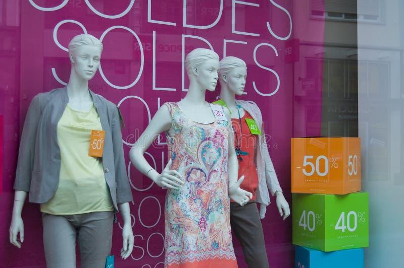 Mannequins in Armand Thierry-Ausstellungsraum während des Sommerrabattes stockfotos