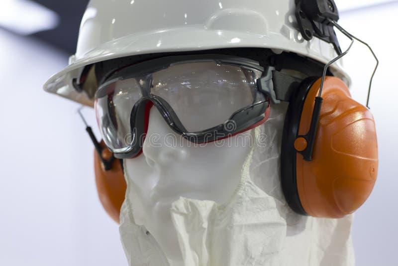Mannequins avec des casques de sécurité, des verres de sûreté et le manchon d'oreille images libres de droits