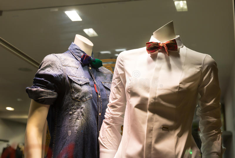 Mannequins dans la boutique image stock