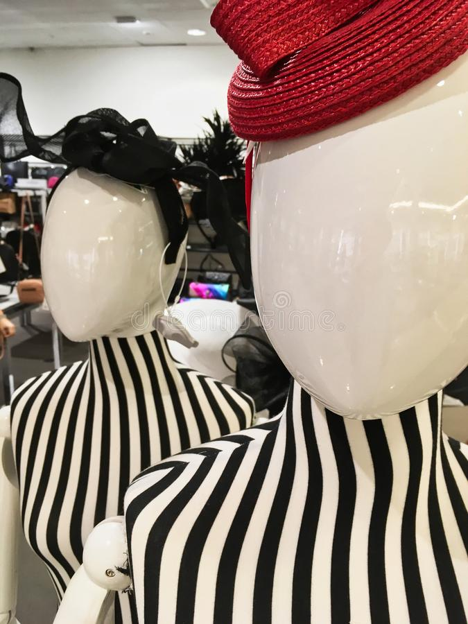 Mannequins de magasin avec les dessus rayés image libre de droits
