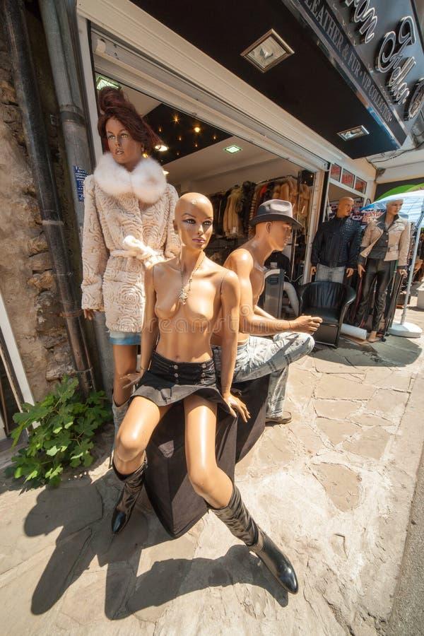 Mannequins in einer Einkaufsstraße von Nessebar in Bulgarien lizenzfreie stockfotos
