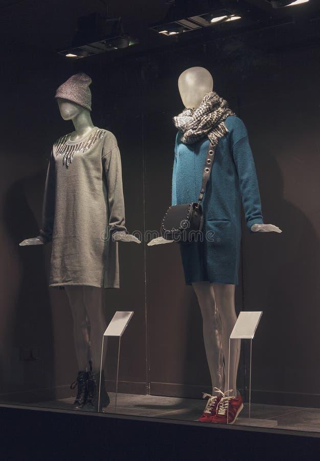 Mannequins femelles dans la fenêtre de boutique photographie stock libre de droits