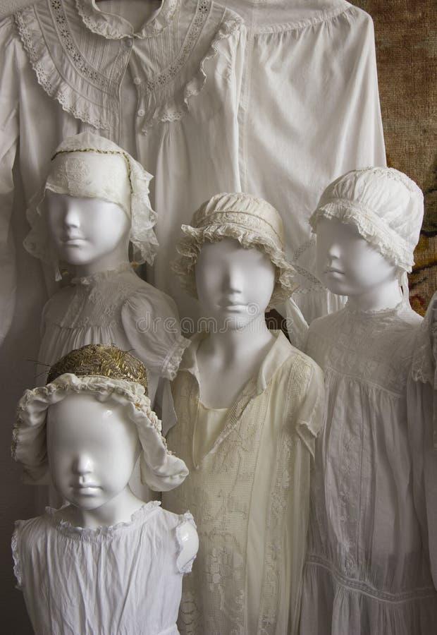 Mannequins habillés dans de vieux vêtements images libres de droits