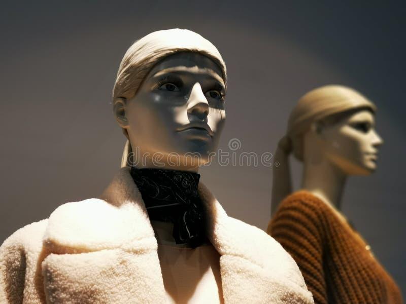 Mannequins habillés dans le centre commercial images stock