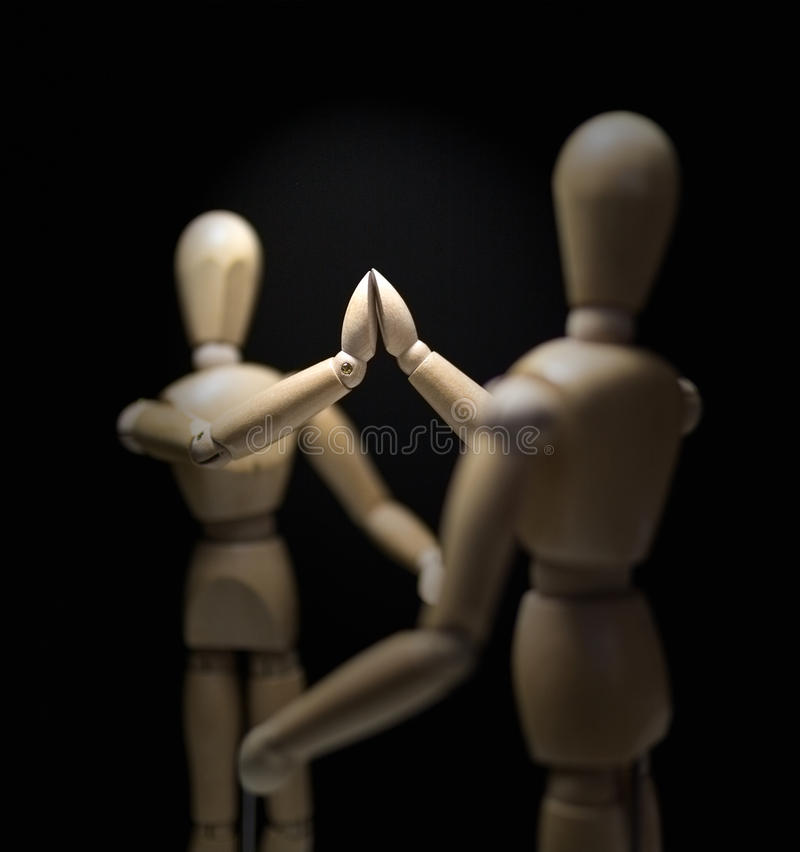 Mannequins-hi5-close-focusBlur-overshoulder de madera 01 foto de archivo libre de regalías
