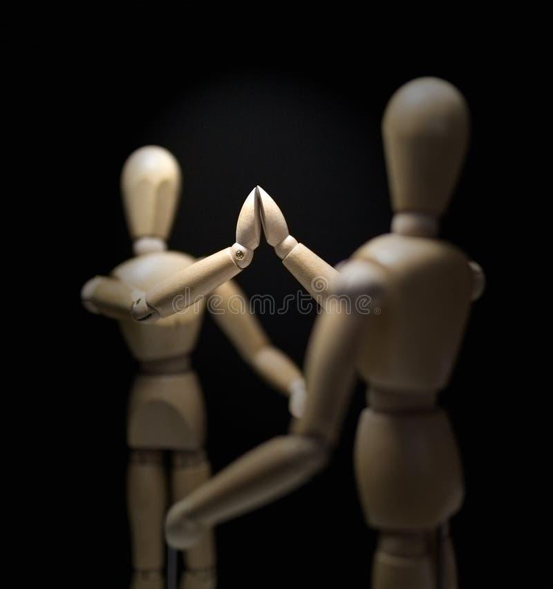 Mannequins-hi5-close-focusBlur-overshoulder en bois 01 photo libre de droits