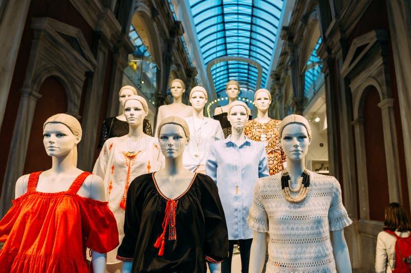 Mannequins jest ubranym H i M odzieżowego ulicznego widok zdjęcia royalty free