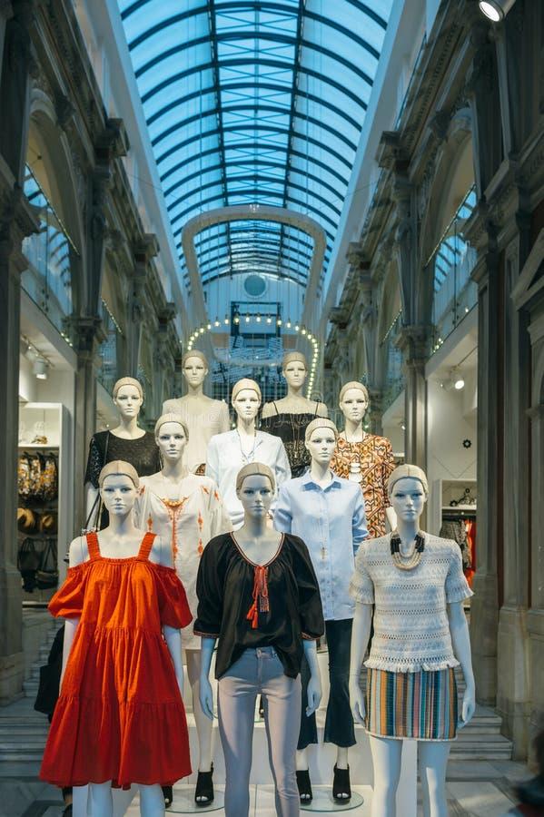Mannequins jest ubranym H i M odzie?owego ulicznego widok obrazy stock