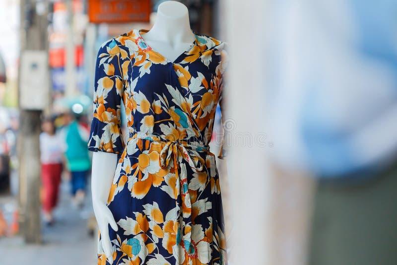 Mannequins, magasin d'habillement, vêtements dans des magasins, avec la robe de mode dans le viseur de magasin photographie stock libre de droits