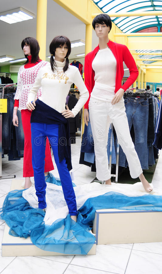 Mannequins plásticos na loja da roupa foto de stock
