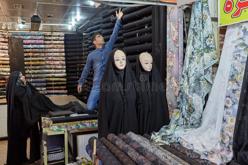 Mannequins ubierali w kobiety ` s Islamskiej odzieży, orientalny bazar, obraz royalty free