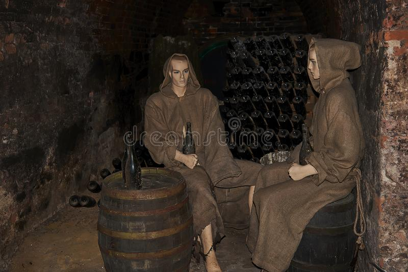 Mannequins w friar odziewają w średniowiecznym wino lochu w monasteru Loucky klasterze w Południowym Moravia regionie republika c zdjęcia royalty free