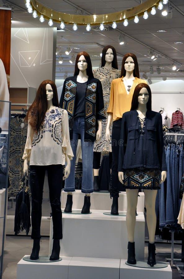 Mannequins w mody odzieży sklepie zdjęcie stock