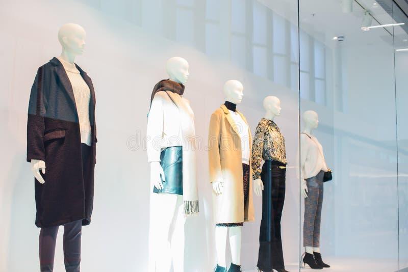 Mannequins w modzie robią zakupy pokazu okno wśrodku centrum handlowego Żeński przypadkowy styl Boczny widok Selekcyjna ostrość k zdjęcia stock
