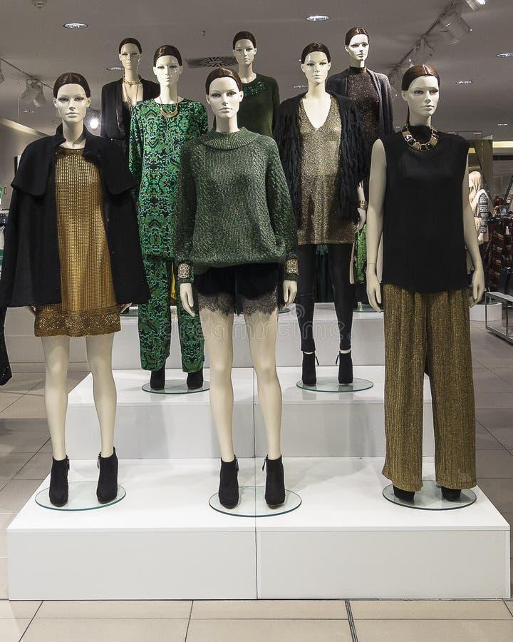 Mannequins w sklepie odzieżowym fotografia royalty free