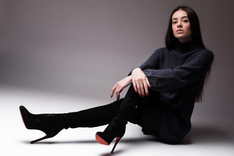 Mannequinvrouw die in die moderne kleren op de vloer zitten op witte achtergrond wordt geïsoleerd stock afbeeldingen